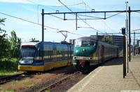 A32-tram 6101 naast de groene 419  |  Alphen a/d Rijn  |  15 mei 2004