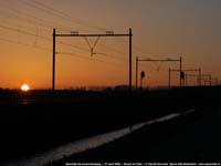 Spoorlijn bij zonsondergang  |  Busch en Dam  |  27 april 2006   [106 kB]